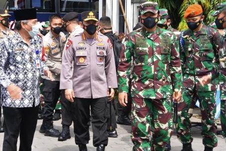Panglima TNI Bersama Kapolri Pantau Posko PPKM Mikro  Maguwoharjo, Sleman.