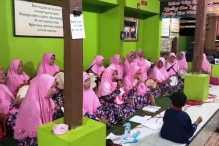 Pasukan Hadroh  Emak-Emak Berbah  Sleman Dukung Drs.Mujiyono MM Untuk Berkarya