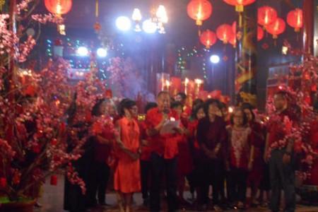 Sambut Tahun Baru Imlek Warga Tionghoa Gelar Doa Bersama di Klenteng