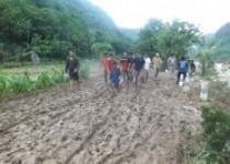 Banjir bandang menerjang Selopamioro,…
