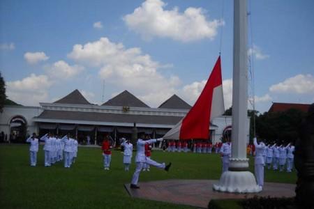 Di halaman Gedung Agung  Yogyakarta Masyarakat  Antusias Hadiri Upacara Peringatan Detik-Detik Proklamasi