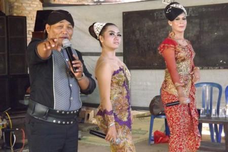 Kenyit Joko gemblung menghibur warga kemuning  dalam acara rasulan