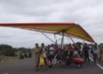 Pesawat gantole menjadi hiburan…