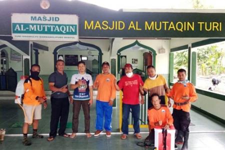 Antisipasi Virus Corona Edi Murjito Lurah desa Sidomulyo Bambanglipuro Galakan Penyemprotan Masjid & Tempat Umum Kantor Desa