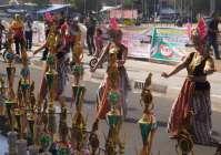 Tata busana tarian tradisinonil piala raja menghibur pelomba burung derkuku