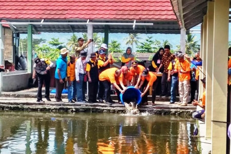 Kadis Perikanan dan Kelautan Jateng bersama Sekda Magelang melepas maskot ikan lele