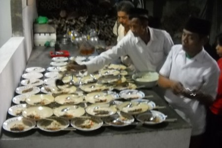 Makan-makan dihari tenang mengundang warga malam coblosan di rumah simpatisan pelanggaran