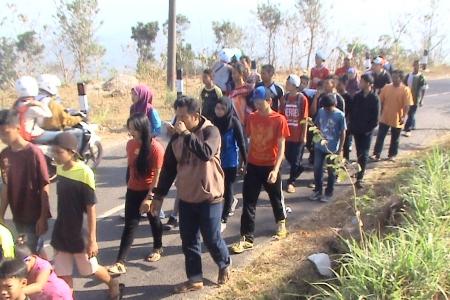 """Jalan sehat Hut RI 70 Desa Ngoro-oro Meriah """"Door price jadi rebutan"""