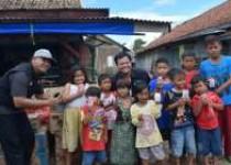 Warga Kampung Teluk Banten Heppy…